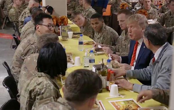 امریکی فوجیوں کا شکریہ کرنے ادا کرنے اچانک افغانستان پہنچے ٹرمپ ، خود کھلایا کھانہ