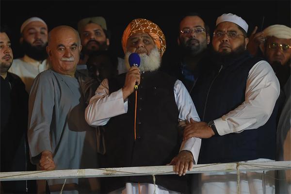 پشاورریلی میں مولانافضل الرحمٰن نےپاک فوج کوسیاست سےدوری اختیار کرنے کی تلقین