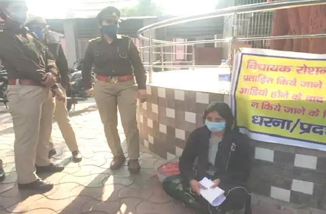 اتر پردیش: بی جے پی ایم ایل اے کی بہو نے سسر پر لگایا ہراساں کرنے کا الزام، بھوک - ہڑتال پر بیٹھی