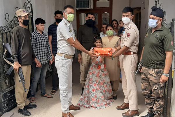 لاک ڈاؤن میں جنم دن بنا یاد گار: پولیس کیک لے کر پہنچی ، ثنایا جھوم اٹھی