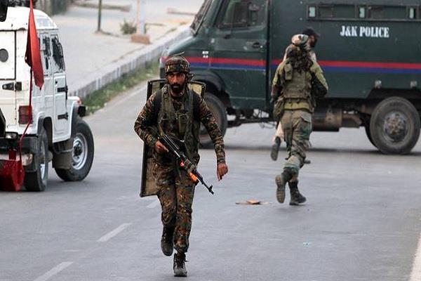 سری نگر: سکیورٹی فورسزاور دہشت گردوں کے مقابلے میں تین جوان زخمی ، ایک دہشت گرد ہلاک